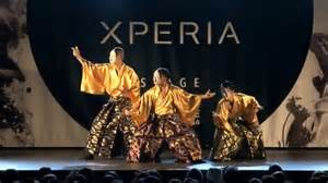 シンガポールのテレビでファイナリストに残っている日本人ダンサーチームのパフォーマンスと英語