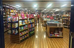 「浮かぶ本屋」がフィリピンの港に停泊中