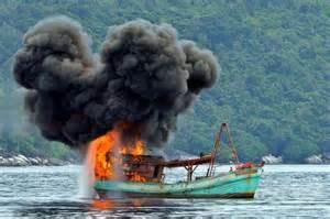 インドネシア、違法操業で摘発したフィリピン・タイ・ベトナムなどの漁船を爆破
