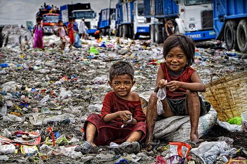 フィリピン・マニラのごみ山「スモーキーマウンテン」で被写体と生活した若い日本人写真家