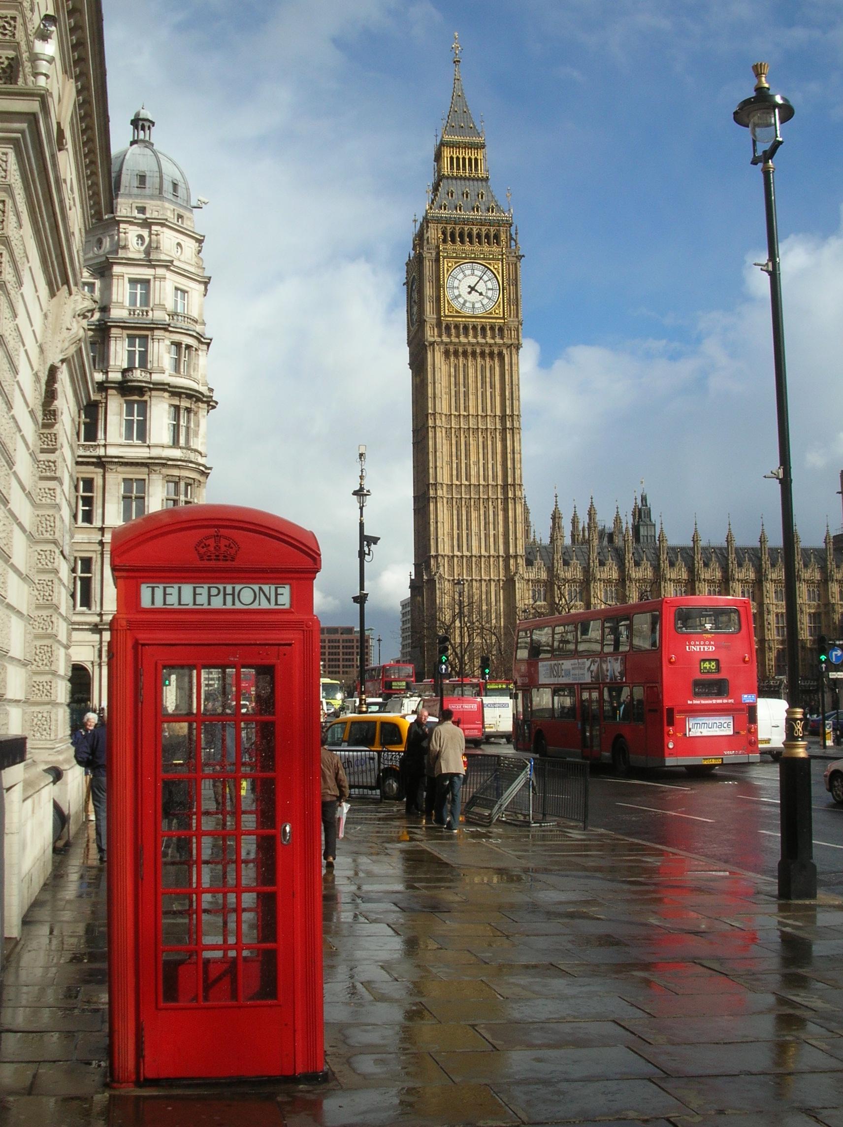 ロンドンで電話ボックスを利用した路上販売をはじめたパキスタン人・フィリピン人夫婦の話